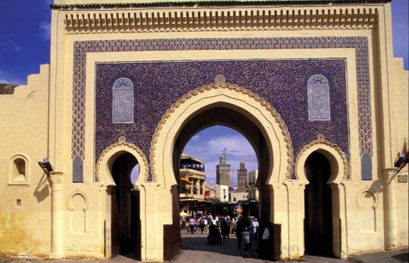Illumination de la pore de Bab Boujloud un des joyaux de l architecture de Fès